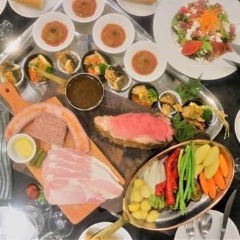 【ワインも飲み放題】ローストビーフや鮭・栗・キノコのお料理を芸術的に銀盆へ盛りつけたお洒落なコース