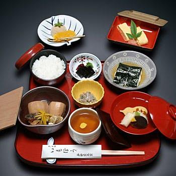 【円山御膳】京名物いもぼうをはじめ、祇園豆腐や、出し巻にデザートが付いた豪華御膳!お一人様4,320円