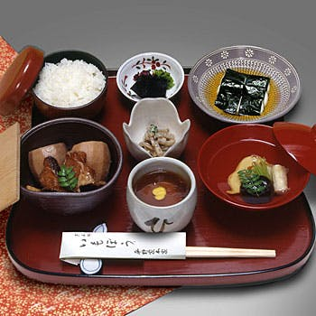【雪御膳】趣深い雰囲気と共に味わう、いもぼう、とろろ海苔巻き、小鉢など ご友人やご家族とのお食事に