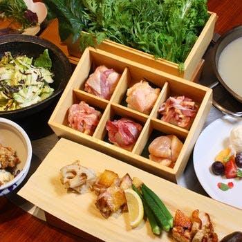 【乾杯ドリンク付き】鶏の旨味を堪能する比内地鶏の水炊きと鉄板焼き5種を味わう全7品