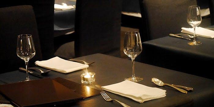 ワイングラスとナプキンとカトラリーが並んだテーブル