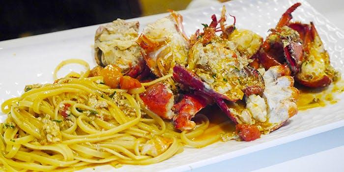 大皿に盛られた海鮮パスタ