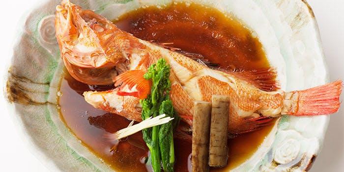 和食器の中の鯛の煮付け