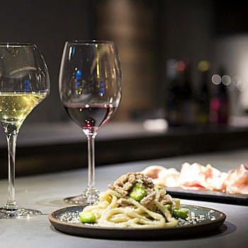 【乾杯酒&ワインペアリング計8杯付】月替わりのおまかせコースを、料理に合わせたワインと共に!全8品