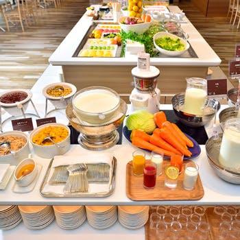 【一休×平日限定】オープンキッチンでライブ感が味わえる!40種類以上揃えたランチ&デザートブッフェ!