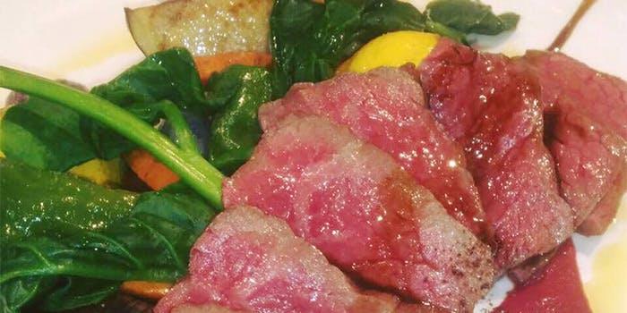 白いお皿に盛られた牛肉