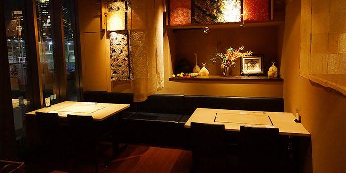 調度品が飾られた和食鉄板 銀座 朔月のテーブル席
