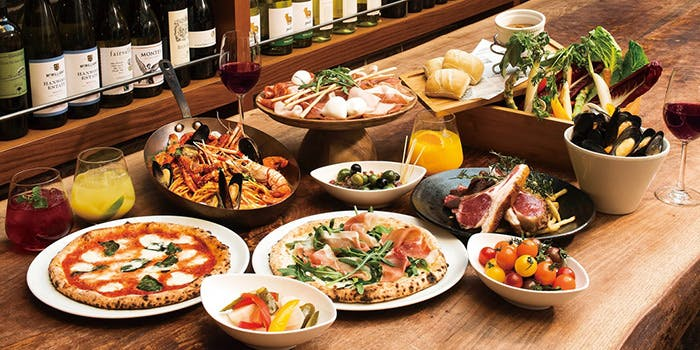 ピザやパエリア、お肉、サラダなどのブッフェ