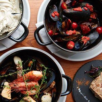 【乾杯スパークリング付】ムール貝のバケツ蒸しやハーブ三元豚のロティを厳選ワインと共に デザート付全6品