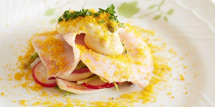 エスプリメの洗練された料理の写真