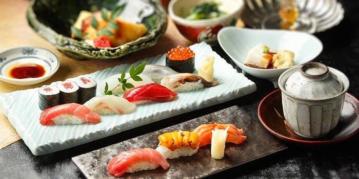 寿司や茶碗蒸しなどのコース料理