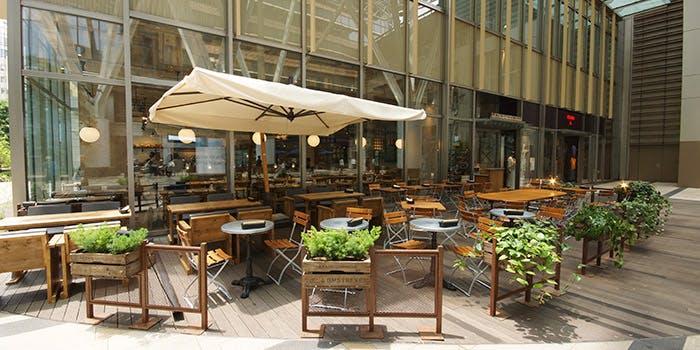六本木にあるパン屋ル・パン・コティディアンのテラス席