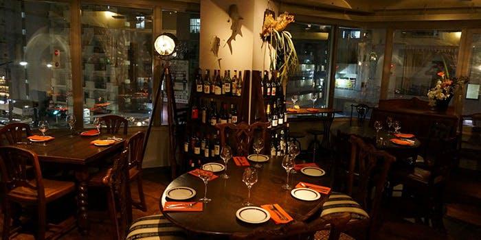 麻布十番にあるワインバー喃喃本店の店内
