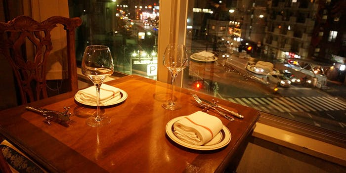 麻布十番にあるワインバー喃喃本店の窓際の席