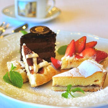 【スパークリングカクテル1杯付】ケーキ4種やジャンドゥイヤチョコレート&カフェの付いたティーセット!(2,700円)