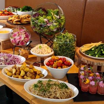 【土日限定/サラダブッフェ&メイン】人気の旬八青果店のこだわり季節野菜と選べるメインで楽しい時間を
