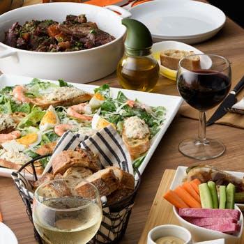 【乾杯ドリンク付き】華やかな前菜5種盛やシーザーサラダ、鶏もも肉の赤ワイン煮込み、デザートなど全4品
