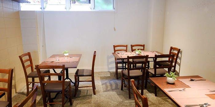 セットされたテーブルと椅子が並んだ「ステレオ カマクラ」の店内