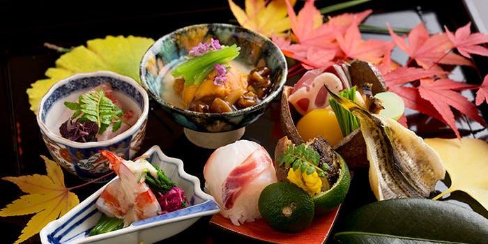 刺し身や小鉢など季節の品が並んだ懐石料理