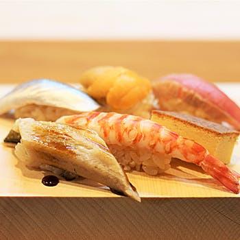 【鮨ランチ】魚河岸に勤めた経験を持つ、店主こだわりの刺身一品・茶碗蒸し・寿司10貫・お椀・デザート付