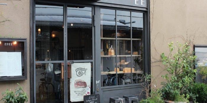 黒い縁でガラス張りのパン屋の外観