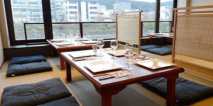 鴨川を眺められる「京 フレンチグリル&ブッフェ 先斗町 ヒグチ」のお座敷。